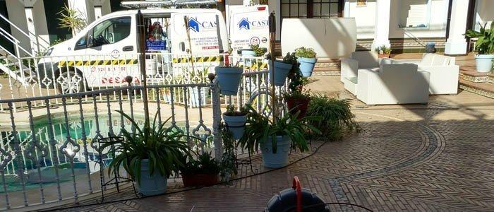 Labores de desatasco y limpieza de alcantarillado en El Rocío